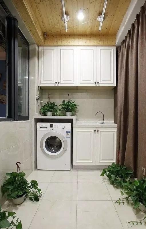 2、厨房 推荐指数: 适合机型:滚筒 厨房附近的狭窄区域,设置任何主要功能性空间都不太合适,而清洁空间恰恰化解了这种尴尬。另外,厨房地面做了防水,可以在走水电的时候,和师傅沟通好置放洗衣机的位置,并在与橱柜公司沟通的时候进一步落实,如大理石台面、是否装门。这是要订好洗衣机尺寸。