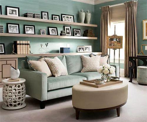 米黄色墙面搭配绿色小边桌,温暖而不失清新,可以选用原木边框和暖色底
