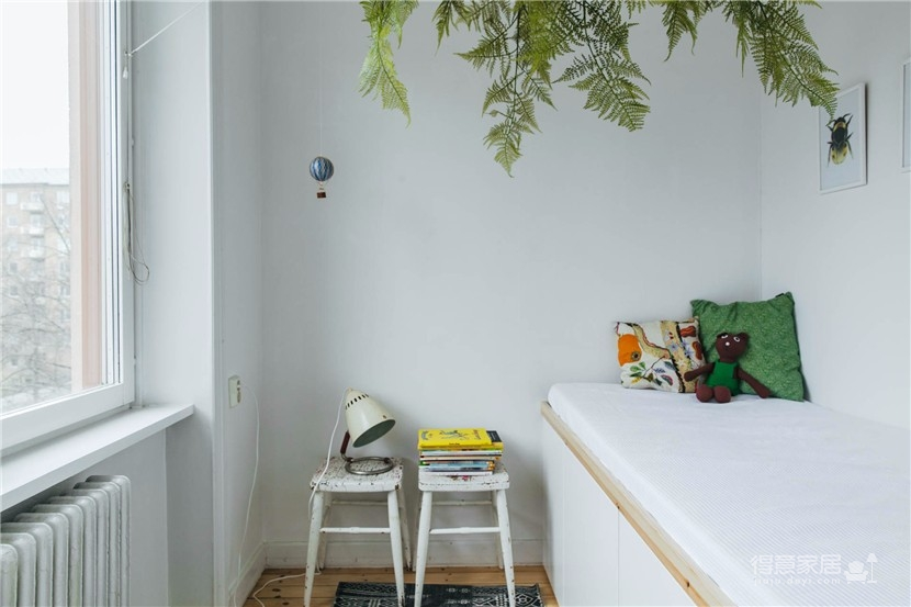 这间公寓,有着出色的橱柜和整墙的书架