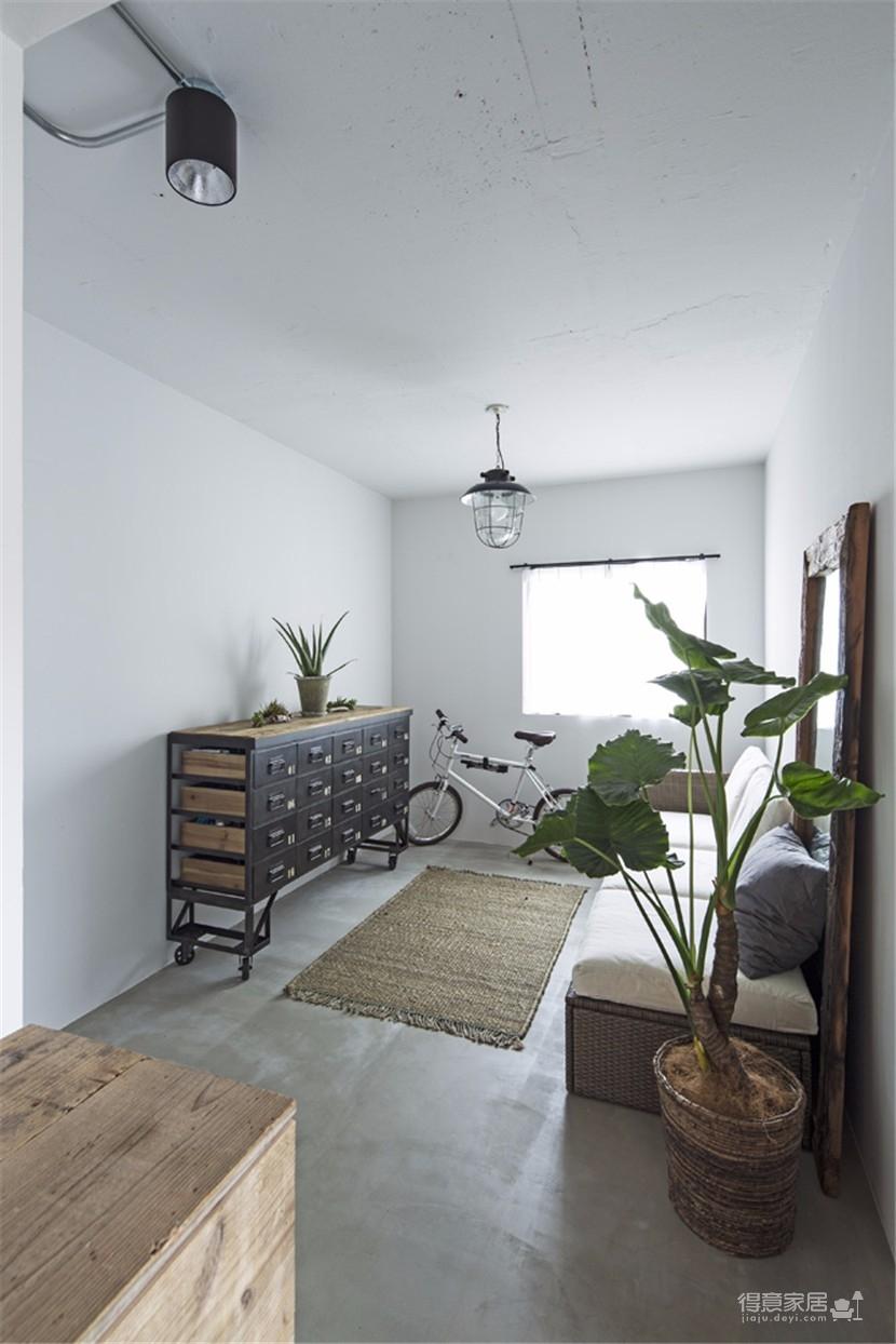 这间公寓,利用旧木和黑铁打造工业怀旧的氛围