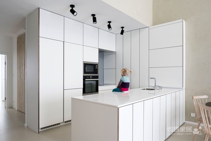 光线充足的简约优雅Loft住宅设计图_9