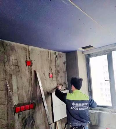 《喜瑞都》住宅样板间墙面铺贴进行中