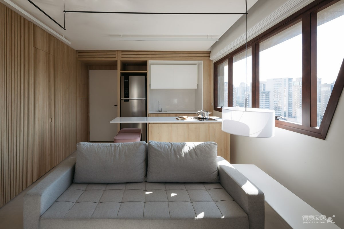 42㎡ 的简约公寓,一道木墙分割了多功能空间