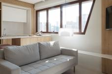 42㎡ 的简约公寓,一道木墙分割了多功能空间图_1