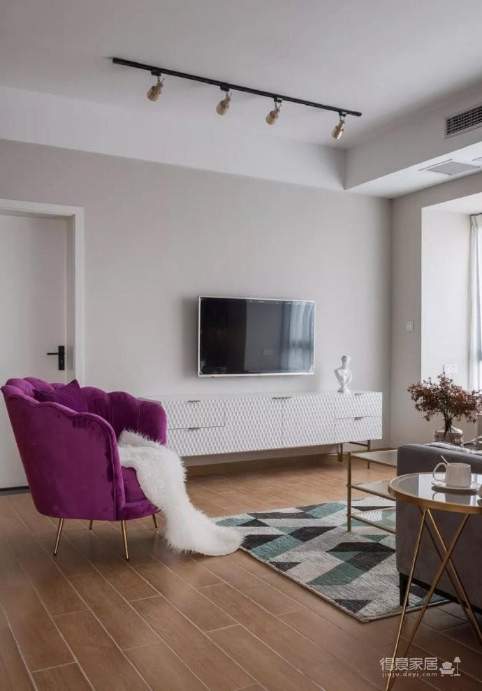 一把紫色椅子,一面绿墙,一副画,一个动感的空间就被点缀了出来~~图_2