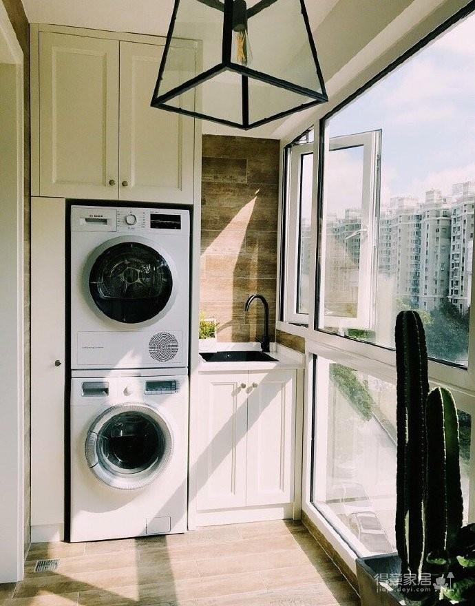 130平北欧混搭,卧室是灰绿色配白色;客厅是深绿色沙发背景墙配上浅薄荷绿,清新舒适