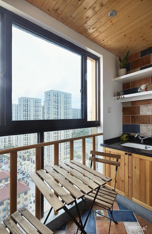 混搭风的要求在硬装简洁,在软装上多一些功夫,本案例将阳台做成榻榻米造型,既美观又增强了实用收纳功能,次卧做成儿童房,感觉一切都恰到好处。