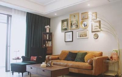 主色调墨绿+金棕,贯穿全屋,加上墙上精心挑选的装饰画,营造出浓郁的北欧复古风
