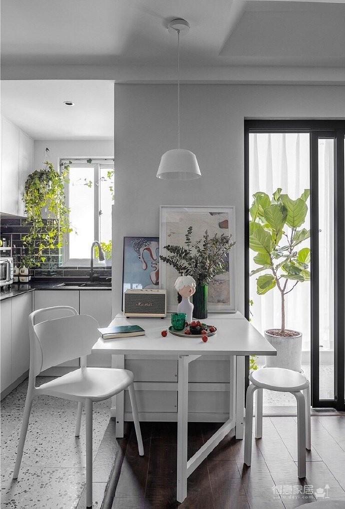44平小户型装修,整个空间以白、灰、墨绿为主,采用无主灯设计,几何石膏造型吊顶,客厅摇身一变,变成了最舒适的区域
