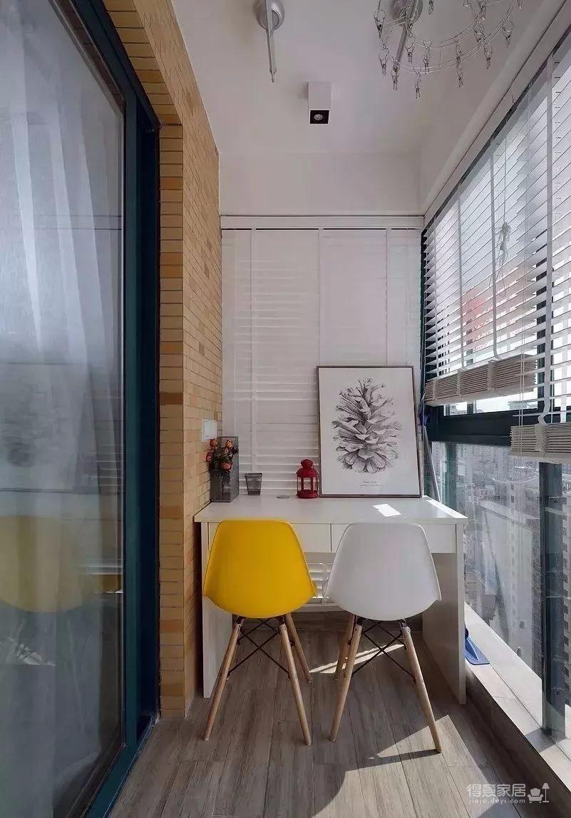 整个房子的格局不算很好,客餐厅和厨房都没有采光,所以设计师以浅灰色为主,搭配精致的软装,来打造一个轻松、悠闲的小窝。