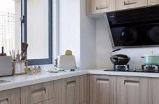 整体以木色、白色为设计基调,材料的纯度、简单的元素、以及值得推敲的定制细节是本案的标志。用平静的心灵看世界,利用淡淡的家具布局把原有的空间净化,把气质和品位含蓄地表现出来……图_7