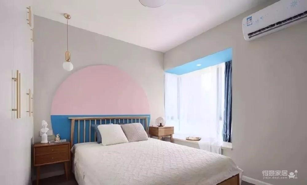 """颜色在家装中有着举足轻重的作用、比如这个案例就大面积的运用了""""粉色""""、效果并不是人们通常以为的太过少女化、反而让家中显得更为柔和"""