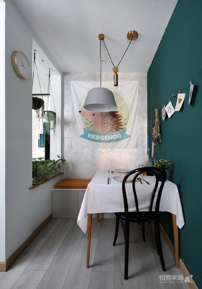 50平小户型装修,餐厅的面积不大,但是布置的很温馨,墨绿色的背景墙奠定了颜值