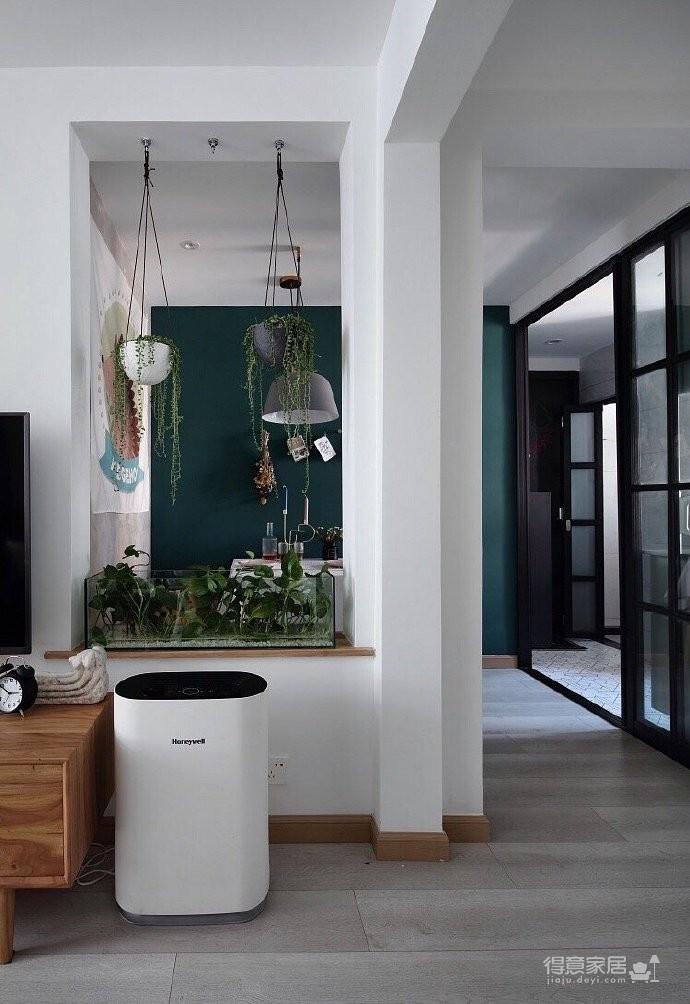 50平小户型装修,餐厅的面积不大,但是布置的很温馨,墨绿色的背景墙奠定了颜值图_2