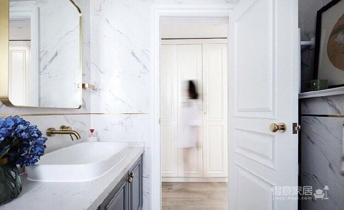 美式小奢风格,除了现在大热的金色元素,墨绿撞色和镜面家具因为其复古的成分,可以为空间增加轻奢感的底蕴,另外丝绒材质无论是在视觉上还是触觉上都可以将舒适体验进一步升级