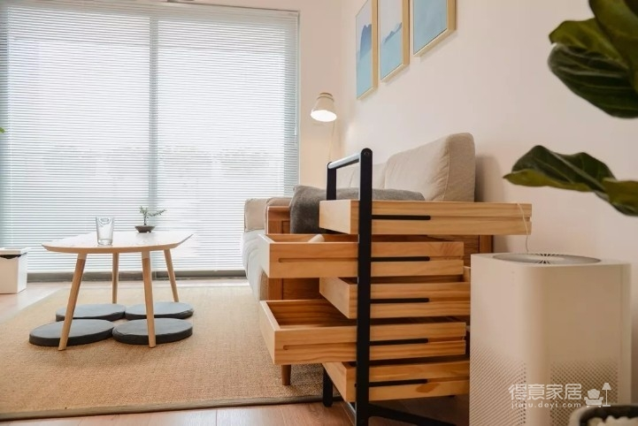业主喜欢日式的原木,想要设计师设计一个简约又精致的设计方案。原木与大片纯白色的运用,木材是日式装修风格的灵魂。