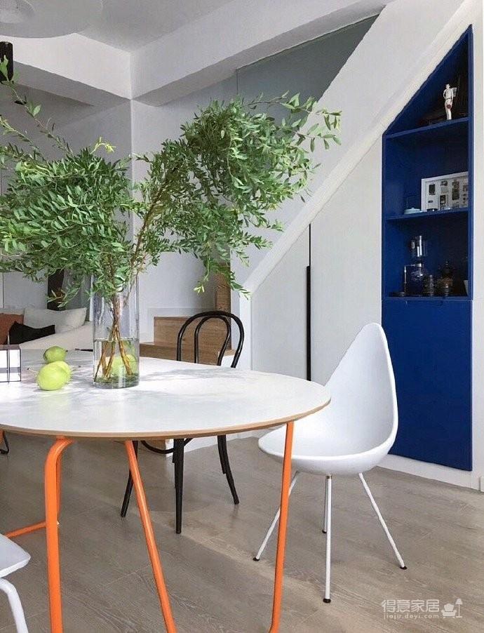 整个房子以大面积白色为基础色,蓝色点缀其中;梦想中的复式两居