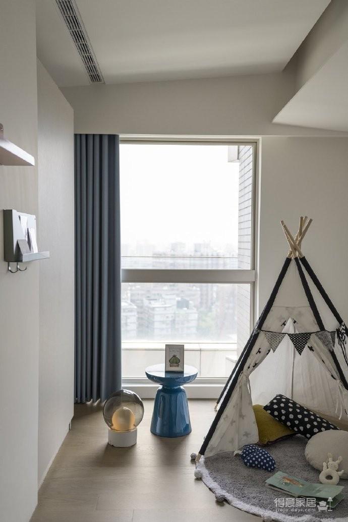 为了让空间营造出家的温馨感,特别挑选偏暗、内敛的色调,透过朴质的水泥灰调,搭配实木皮质感,注入一股自然温度,同时藉由细腻纹理的壁纸铺叙,独特触感延伸整片墙,让空间更显延伸、放大
