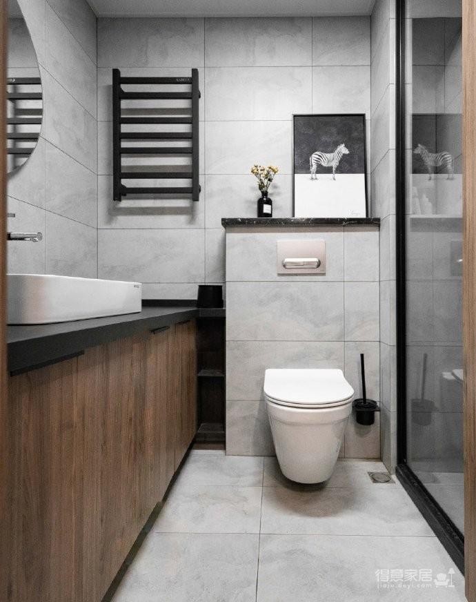 屋主喜欢略带工业风,但是更为清爽明亮的风格,因此设计师选取了胡桃木和黑白灰作为主色调,大面积墙面留白,客厅无主灯。120平米工业风四居室