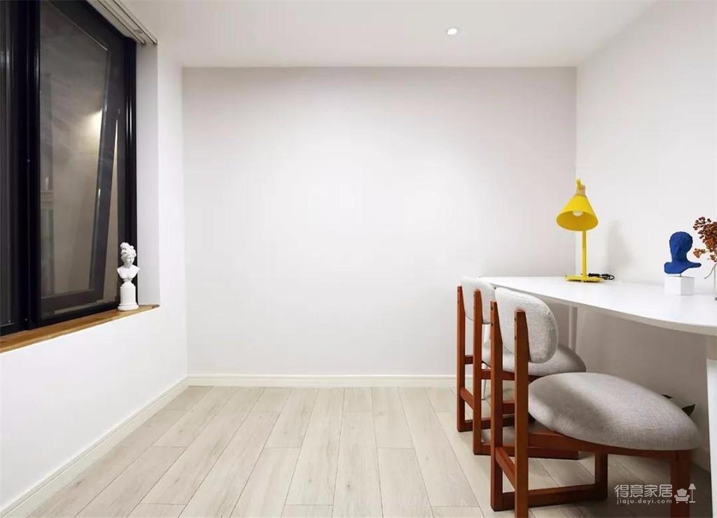 设计师选择了把客厅的茶几作为餐桌来使用,整个房子的配色非常的简单,房子位于一楼,还带有天井和院子,可以说是非常让人羡慕了