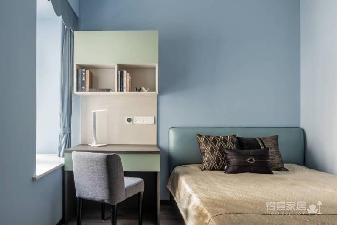 整体以高级灰为主色调,高频次使用金属色来增添轻奢质感,静谧蓝的加入更是注入了一丝优雅气息,再辅以黑色的稳重与白色的大气,整个空间浑然天成的色彩美学应运而生。113平米现代轻奢三居室图_5