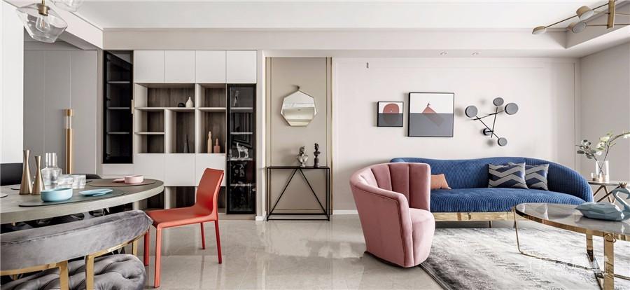 推开门,无论是谁,第一眼都会被这个色彩缤纷的客厅惊艳到!粉与蓝交织,黄铜与丝绒搭配,简直就像是印在杂志封面上的精美插画