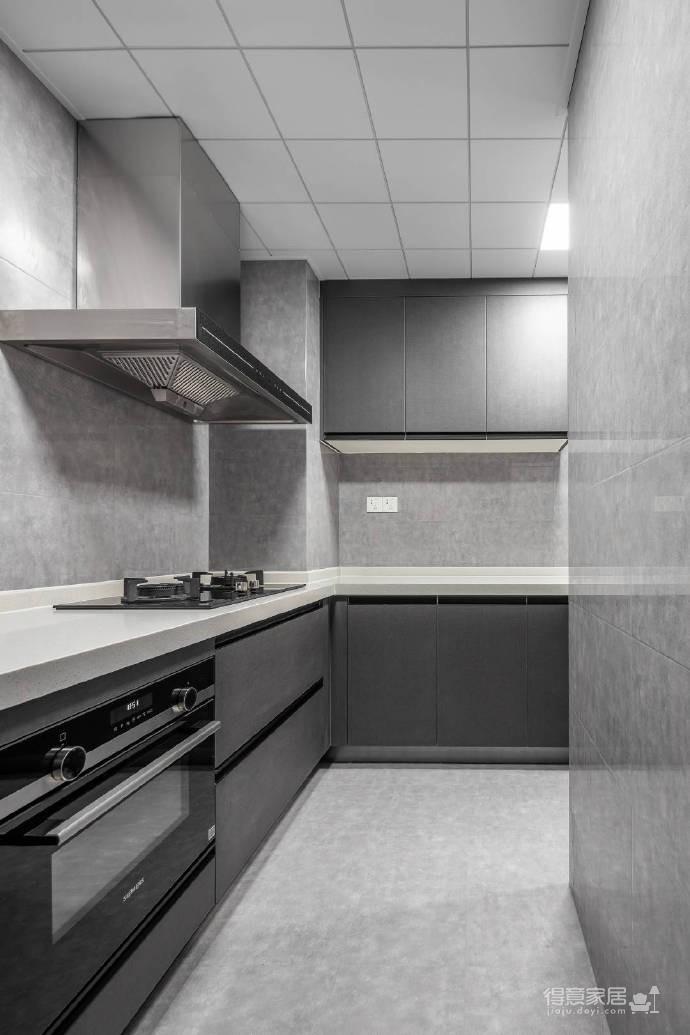 整体以高级灰为主色调,高频次使用金属色来增添轻奢质感,静谧蓝的加入更是注入了一丝优雅气息,再辅以黑色的稳重与白色的大气,整个空间浑然天成的色彩美学应运而生。113平米现代轻奢三居室图_8