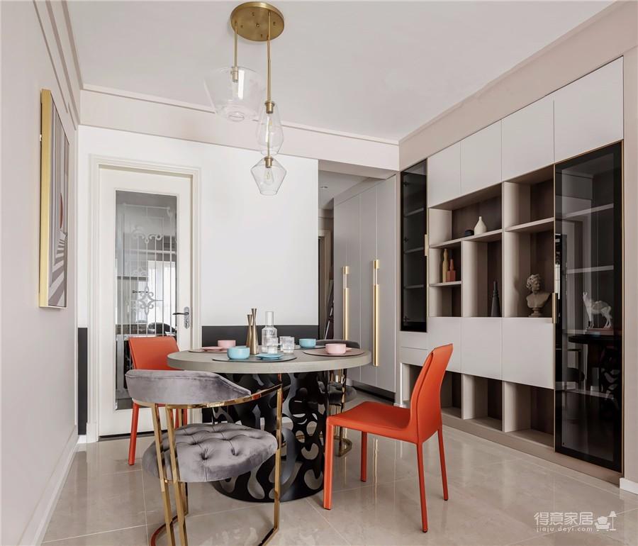 推开门,无论是谁,第一眼都会被这个色彩缤纷的客厅惊艳到!粉与蓝交织,黄铜与丝绒搭配,简直就像是印在杂志封面上的精美插画图_4