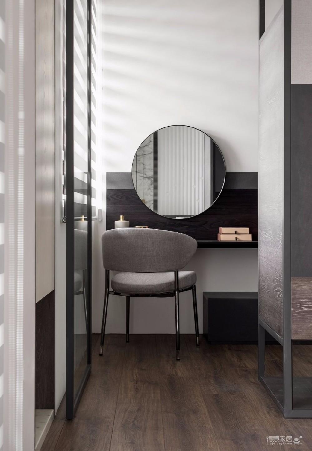 透过俐落、明快的现代感线条描绘一室,揉合玻璃、铁件、木纹、塑合板与磁砖,深浅色系与冷暖材质的搭配,细腻的细节安排下,烘托一片渐层视感的美学丰采,同时兼具实用机能的优质宅居。
