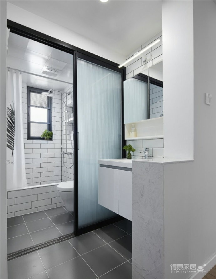 76平简约风格装修,客厅和厨房墙壁打通,用黑色金属边框玻璃做隔断,2个空间都瞬间开阔并且采光很好