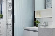 76平简约风格装修,客厅和厨房墙壁打通,用黑色金属边框玻璃做隔断,2个空间都瞬间开阔并且采光很好图_9