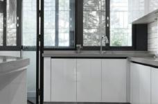 76平简约风格装修,客厅和厨房墙壁打通,用黑色金属边框玻璃做隔断,2个空间都瞬间开阔并且采光很好图_8