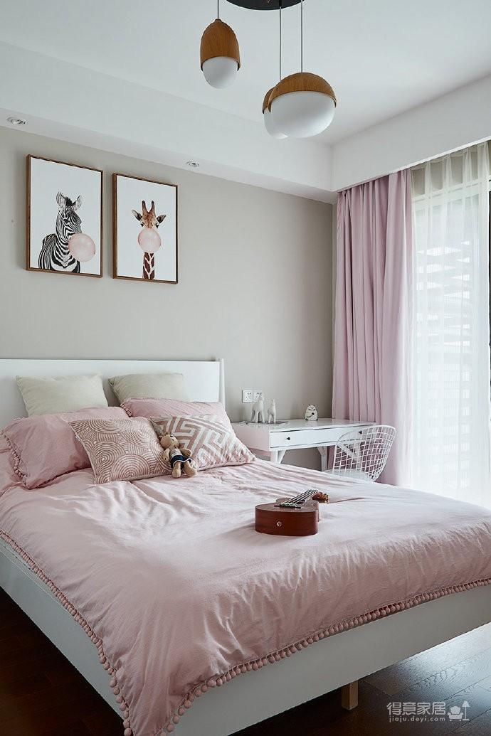 本案是一家六口之家,空间规划有三个卧室。装修期间夫妻俩喜获二宝。男主人一力承担装修事宜,为妻女打造温馨的生活空间。因为是双千金,要求色彩搭配更活泼些,还需要宽敞的孩子玩耍空间