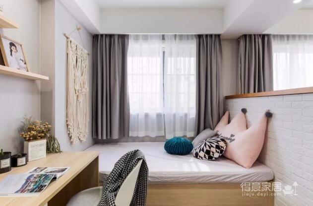 设计师从简约时尚出发,抛却繁琐的装饰,为业主打造舒适惬意的家居生活。希望这套装修案例能给准备装修的业主带来一些灵感。