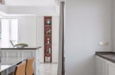以法式风格为主,结合现代轻奢的家具,使空间层次分明。工艺精细考究的雕花、线条,从细节中赋予空间典雅、浪漫的空间氛围。以象牙白为主色调,繁复华美的线条与灯饰,在空间中碰撞,将怀古的浪漫情怀与当代的生活理念相互结合图_6