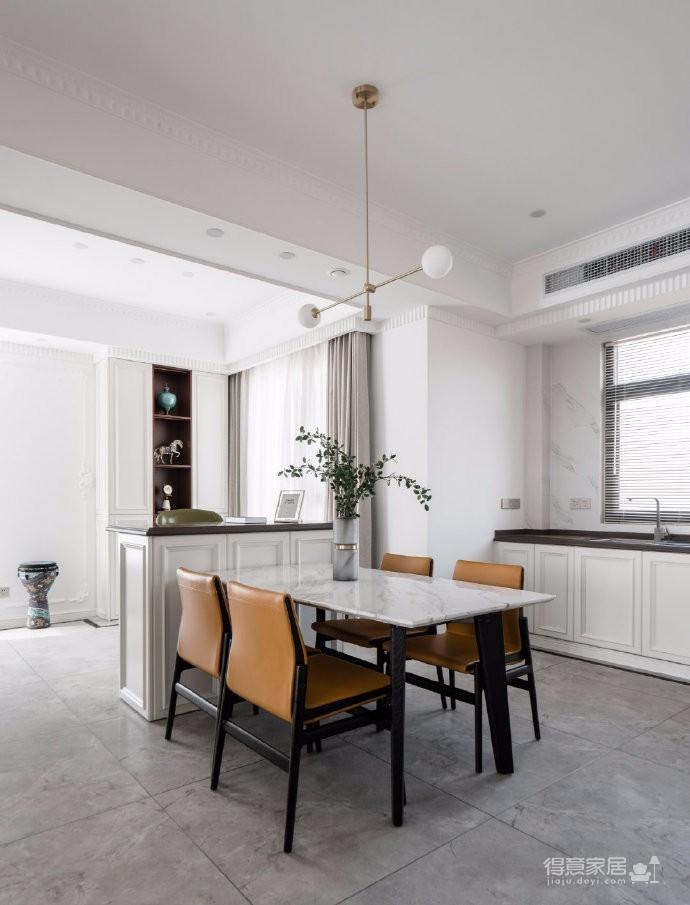 以法式风格为主,结合现代轻奢的家具,使空间层次分明。工艺精细考究的雕花、线条,从细节中赋予空间典雅、浪漫的空间氛围。以象牙白为主色调,繁复华美的线条与灯饰,在空间中碰撞,将怀古的浪漫情怀与当代的生活理念相互结合图_7