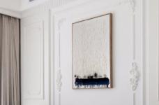 以法式风格为主,结合现代轻奢的家具,使空间层次分明。工艺精细考究的雕花、线条,从细节中赋予空间典雅、浪漫的空间氛围。以象牙白为主色调,繁复华美的线条与灯饰,在空间中碰撞,将怀古的浪漫情怀与当代的生活理念相互结合图_2
