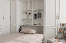 以法式风格为主,结合现代轻奢的家具,使空间层次分明。工艺精细考究的雕花、线条,从细节中赋予空间典雅、浪漫的空间氛围。以象牙白为主色调,繁复华美的线条与灯饰,在空间中碰撞,将怀古的浪漫情怀与当代的生活理念相互结合图_4