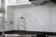 以法式风格为主,结合现代轻奢的家具,使空间层次分明。工艺精细考究的雕花、线条,从细节中赋予空间典雅、浪漫的空间氛围。以象牙白为主色调,繁复华美的线条与灯饰,在空间中碰撞,将怀古的浪漫情怀与当代的生活理念相互结合图_8