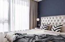 以法式风格为主,结合现代轻奢的家具,使空间层次分明。工艺精细考究的雕花、线条,从细节中赋予空间典雅、浪漫的空间氛围。以象牙白为主色调,繁复华美的线条与灯饰,在空间中碰撞,将怀古的浪漫情怀与当代的生活理念相互结合图_3