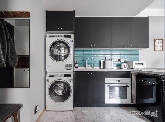 黑白+棕绿的Lagom北欧空间。屋主偏爱北欧风的实用感,所以在配色与家具材质的选择上,倾向于黑白的简约色系与胡桃木材质的家具进行搭配,呈现原汁原味的斯堪的纳维亚风格