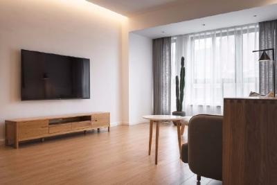 116平米简单的木色调MUJI风。原木色是最热门的配色,它不同于其他色彩的具象,是一种极具生命力的色彩,质感天然、机理丰富,有着与生俱来的自然之美,予人舒适安心的温情感受。它的色相对平静舒缓,湿度出挑,温润又克制