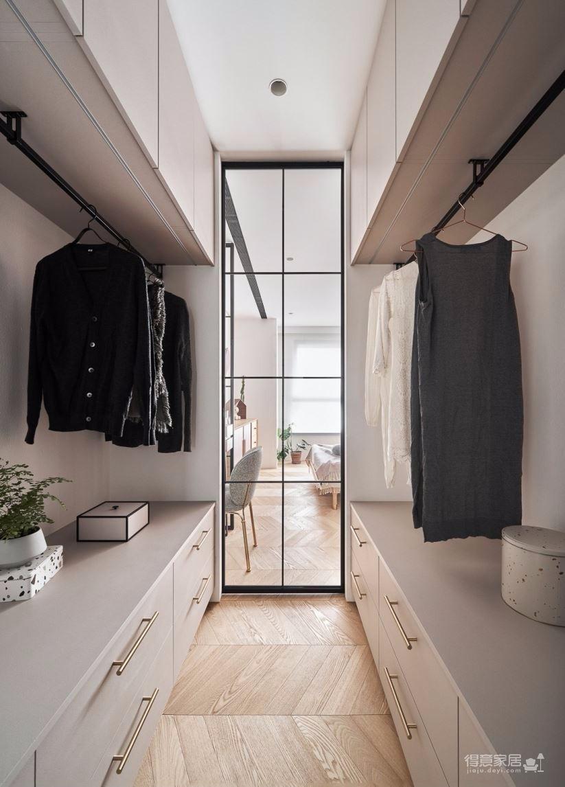 设计师以粉嫩的马卡龙色系,搭配浅色木纹的温暖质感,从家具陈设到牆面地板,展现充满浪漫情怀的空间主调