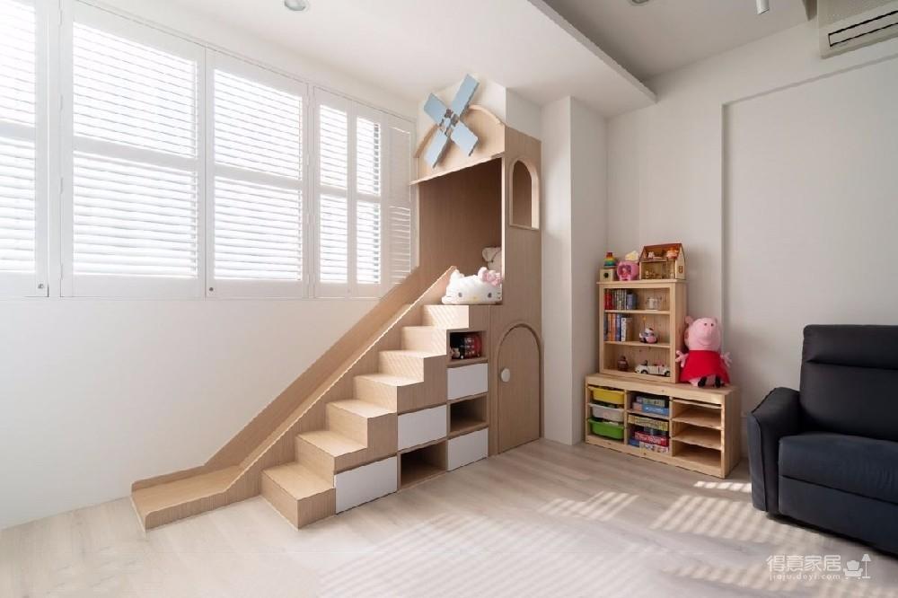设计师以大型溜滑梯作为此住宅设计的主焦点,透过迴游的动线,让溜滑梯游戏区一路串连客厅、餐桌、中岛、厨房,带来完美的亲子互动生活,实现一家三口对探险的想像!