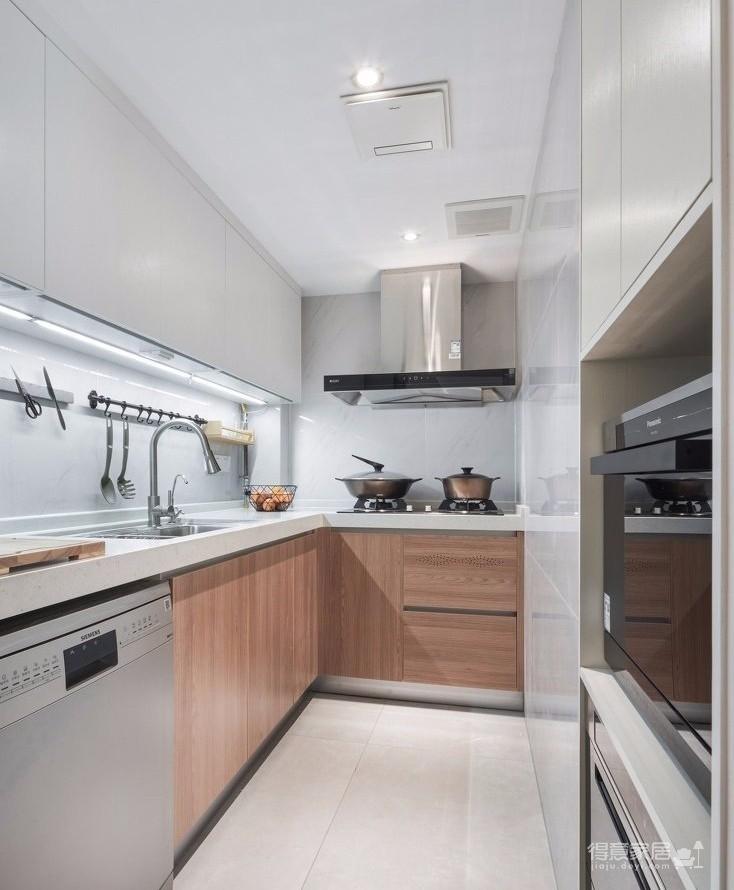 业主改造客厅的格局,原来进门就是客厅,业主想改动一下摆放方位,还有另一个房间改成多功能房,整体效果偏清新简单就好。设计师也是根据这个特意设计一套淡色素雅的方案。