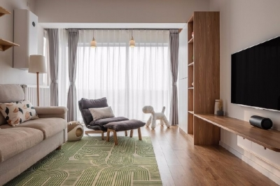 喜欢客厅的大面落地窗,经典白+木质感.绿色的地毯和挂钟相呼应,给房间增加活泼感。65平米日式两居室