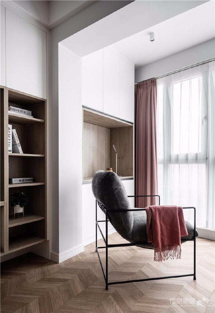 屋主是比较有生活情调的职业女性,在这个建面73平方,套内60平方的一居室内,屋主想要在有限的空间内给自己最好的生活态度。设计师利用饱和度较高的色彩激发小空间的热情,并为屋主打造了一整面储物柜,整个空间颜值高,功能全,还超级实用
