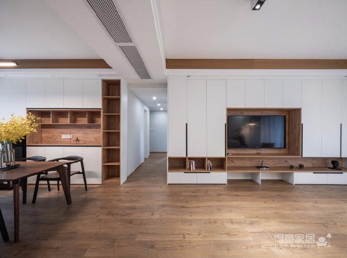 业主一家五口人居住,初期设计师跟业主的沟通碰撞中,一家人对原木色情有独钟,所以后期的风格基本定了北欧,材质上选择了客户一家都比较喜欢的褐色的原木。利用有色墙的色彩变化,代替了墙面的软装饰,不同空间的功能性从而来定制的组合收纳定制柜体图_2
