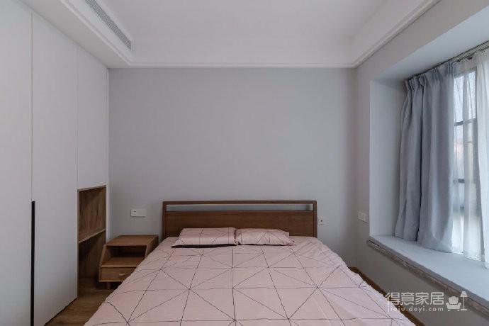 业主一家五口人居住,初期设计师跟业主的沟通碰撞中,一家人对原木色情有独钟,所以后期的风格基本定了北欧,材质上选择了客户一家都比较喜欢的褐色的原木。利用有色墙的色彩变化,代替了墙面的软装饰,不同空间的功能性从而来定制的组合收纳定制柜体图_5