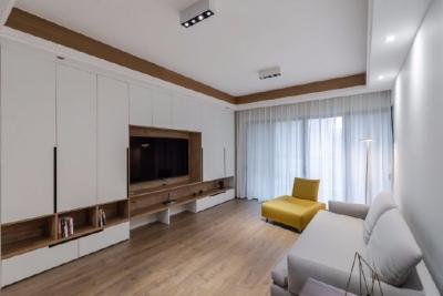 业主一家五口人居住,初期设计师跟业主的沟通碰撞中,一家人对原木色情有独钟,所以后期的风格基本定了北欧,材质上选择了客户一家都比较喜欢的褐色的原木。利用有色墙的色彩变化,代替了墙面的软装饰,不同空间的功能性从而来定制的组合收纳定制柜体